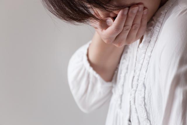 つわりの辛い症状に悩む女性