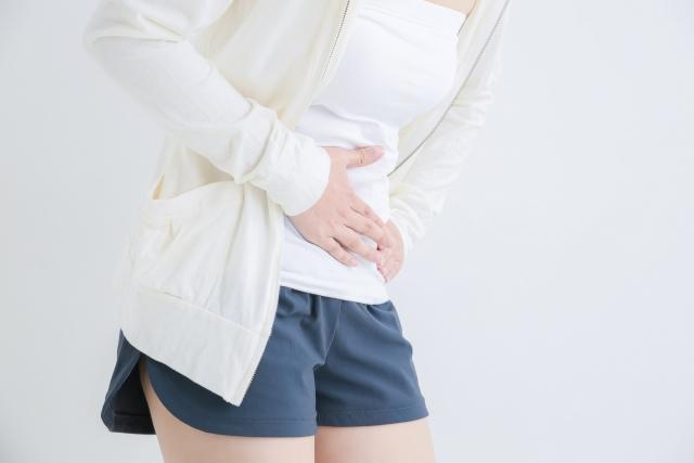 下腹部の辛い痛みに悩む女性